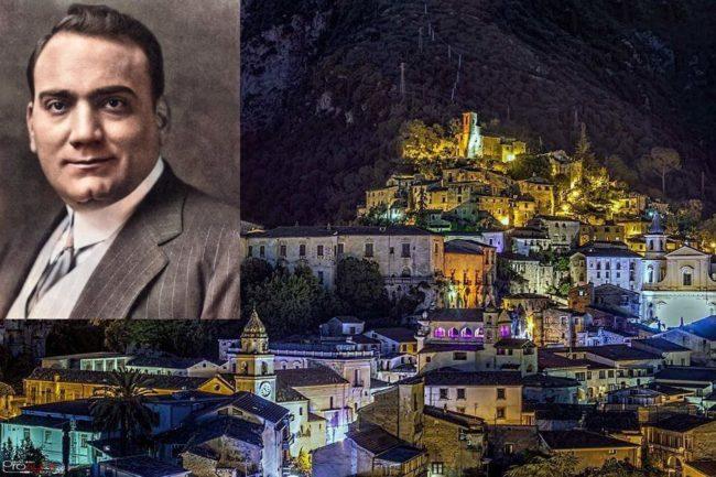 Enrico Caruso 2021, una veduta di piedimonte matese con una immagine del tenore al lato